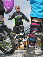 Girls Freeride Days mit Trek Gravity Girls  User: News-Pics 2013-05-10, 17:56 1200 x 1600 Pixel  Location: Bikepark Tirol - Steinach am Brenner Riders: Trek Gravity Girls  Klicks: 354 Rating: 0,0  Dateiname: GFD_Trek_Gravity-Girls-erklaeren_by-Trail-Solutions.jpg